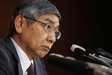 Le gouverneur de la Banque du Japon, Haruhiko Kuroda. La BoJ a laissé inchangée sa politique monétaire ultra-accommodante, tout en réaffirmant que l'activité économique du pays se reprenait à un rythme modéré. /Photo prise le 21 novembre 2013/REUTERS/Issei Kato