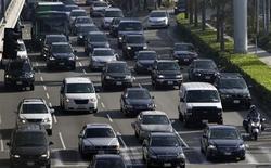 Les ventes de véhicules neufs aux Etats-Unis devraient enregistrer une hausse plus modérée en 2014 car le nombre d'Américains souhaitant remplacer leur voiture va diminuer, selon Jim Lentz, directeur de Toyota Motor en Amérique du Nord. /Photo d'archives/REUTERS/Jonathan Alcorn