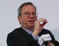O presidente do conselho do Google, Eric Schmidt, fala durante uma palestra na Univerisade de Hong Kong. Schmidt tem uma previsão audaciosa: a censura em todo o mundo pode acabar em uma década, e um uso melhor de criptografia ajudará as pessoas a superar a vigilância governamental. 04/11/2013 REUTERS/Bobby Yip