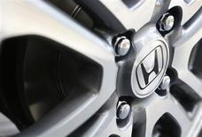 Honda Motor nourrit de grands espoirs pour sa voiture fonctionnant avec des piles à combustible à l'hydrogène et sa technologie de réduction des émissions polluantes, mais le constructeur japonais reconnaît qu'il faudra peut-être quelques années pour que les consommateurs s'adaptent à ce nouveau concept. /Photo d'archives/REUTERS/Yuya Shino