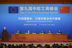 Presidente do Conselho Europeu Herman Van Rompuy (à esquerda) fala durante Cúpula Empresarial China-União Europeia em Pequim. A China e a União Europeia vão dar início a conversas sobre um tratado importante que terá como objetivos impulsionar investimentos e enfrentar problemas complexos de acesso ao mercado, os dois lados anunciaram em um encontro nesta quinta-feira. 21/11/2013. REUTERS/Ed Jones/Pool
