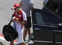 O piloto de Fórmula 1 Felipe Massa, da Ferrari, chega ao circuito de Interlagos em São Paulo. Depois de oito anos na Ferrari, Massa despede-se da equipe italiana no domingo, no Grande Prêmio do Brasil, com sentimentos opostos, ao relembrar o melhor e o pior de sua passagem na escuderia, e se mostrou otimista com a continuidade da carreira na Williams. 21/11/2013 REUTERS/Paulo Whitaker