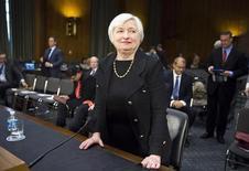 A vice-chair Janet Yellen do Federal Reserve, banco central dos Estados Unidos, fica de pé após testemunho durante uma audiência de confirmação em sua indicação para ser a chairwoman do Fed, perante o Comitê Bancário do Senado em Washington. O Comitê aprovou a indicação de Yellen para se tornar a primeira mulher a comandar o Federal Reserve, enviando o seu nome para aprovação do plenário do Senado. 14/11/2013 REUTERS/Joshua Roberts