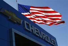 Logo da Chevrolet, marca da GM, com bandeira dos Estados Unidos ao fundo, em Gaithersburg, no Estado de Maryland, nos EUA. O Tesouro dos Estados Unidos disse que espera vender suas ações remanescentes na General Motors até o fim do ano, plano que pode deixar os contribuintes com uma perda de cerca de 10 bilhões de dólares do resgate à montadora em 2009. 1/05/2013. REUTERS/Gary Cameron