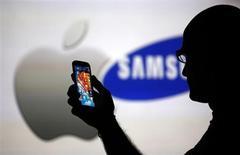 Un jury fédéral américain a condamné jeudi Samsung Electronics à verser à Apple 290,45 millions de dollars (215 millions d'euros) de réparations dans le cadre de la bataille judiciaire que se livrent depuis deux ans les deux géants de l'électronique. /Photo prise le 14 août 2013/REUTERS/Dado Ruvic