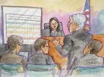 FOTO DE ARCHIVO: El principal abogado de Apple, Harold McElhinney, habla frente a la jueza de distrito Lucy Koh, mientras los abogados de Samsung John Quinn (a la izquierda), Charles Verhoeven y el de Apple Michael Jacobs (a la derecha) miran los procedimientos en San José, California. 6 de diciembre, 2012. Un jurado de Estados Unidos otorgó el jueves 290,45 millones de dólares por daños a Apple Inc en un nuevo juicio contra Samsung Electronics Co Ltd, en la última batalla de litigios globales por patentes entre los dos gigantes de la industria. REUTERS/Vicki Behringer (ESTADOS UNIDOS - ENTRETENIMIENTO DELITO LEY TECNOLOGIA)