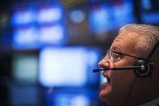 Un operador trabaja en la Bolsa de Valores de Nueva York. 4 de septiembre, 2013. El promedio industrial Dow Jones cerró el jueves por primera vez por encima de 16.000 puntos y los otros principales índices también terminaron en alza en la bolsa de Nueva York, después de conocerse datos económicos que apuntaron a una lenta mejoría del mercado laboral y a una inflación apagada. REUTERS/Lucas Jackson (ESTADOS UNIDOS - NEGOCIOS)