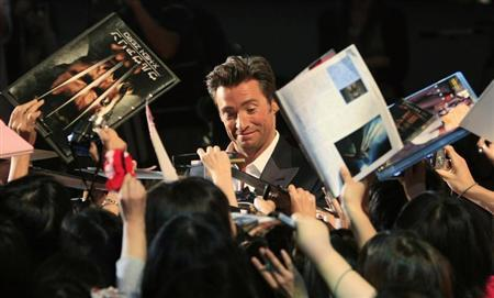 Actor Hugh Jackman signs autographs for fans at a red carpet event for the Japan premiere of ''X-men Origins: Wolverine'' in Tokyo September 3, 2009. REUTERS/Kim Kyung-Hoon