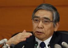 El gobernador del Banco de Japón, Haruhiko Kuroda, asiste a una conferncia de prensa en la oficina central del BOJ en Tokio. 31 de octubre, 2013. Kuroda reiteró el viernes que el banco central está listo para realizar los ajustes que sean necesarios si los riesgos a la economía amenazan a su meta de inflación. REUTERS/Yuya Shino (JAPON - NEGOCIOS POLITICA)