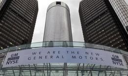 FOTO DE ARCHIVO: Un letrero cuelga frente al cuartel general de General Motors Co anunciando el retorno de la compañía a la Bolsa de Valores de Nueva York (NYSE) en Detroit, Michigan. 18 de noviembre, 2010. El Departamento del Tesoro de Estados Unidos dijo que espera vender el remanente de sus acciones en General Motors Co para fin de año, en un plan que podría dejar a los contribuyentes con pérdidas de casi 10.000 millones de dólares derivadas del rescate a la automotriz en el 2009. REUTERS/Rebecca Cook (ESTADOS UNIDOS - TRANSPORTE NEGOCIOS)