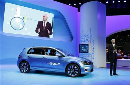 Jonathan Browning, President and CEO of the Volkswagen Group of America, introduces the Volkswagen e-Golf electric car at the Los Angeles Auto Show in Los Angeles, California, November 20, 2013. REUTERS/Mike Blake