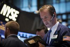 Трейдеры на торгах фондовой биржи в Нью-Йорке 23 октября 2013 года. Американский индекс Dow Jones в четверг впервые закрепился выше 16.000 пунктов на фоне отскока акций после трехдневного снижения благодаря статистике, подтвердившей постепенное восстановление рынка труда. REUTERS/Brendan McDermid