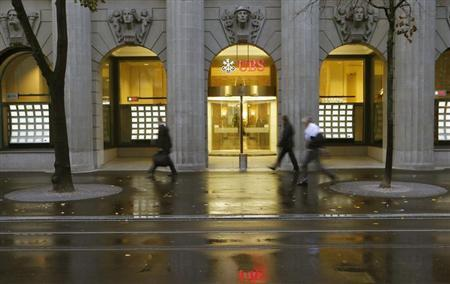 People walk past a branch office of Swiss bank UBS in Zurich October 29, 2013. REUTERS/Arnd Wiegmann
