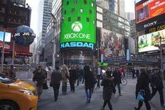 A Times Square, à New York, jeudi. Une semaine après le lancement en Amérique du Nord de la PlayStation 4 de son concurrent Sony, Microsoft met à son tour en vente vendredi une nouvelle console, la Xbox One, avec comme objectif affiché de dépasser l'univers des jeux vidéos. /Photo prise le 21 novembre 2013/REUTERS/Carlo Allegri