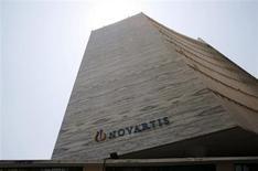 Le groupe pharmaceutique suisse Novartis a engagé un programme de rachat d'actions d'un montant de cinq milliards de dollars (3,71 milliards d'euros), susceptible de plaire à ses actionnaires, sans annoncer de profonde restructuration. /Photo prise le 1er avril 2013/REUTERS/Vivek Prakash