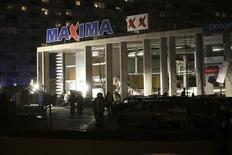 Вид на обрушившийся торговый центр Maxima в Риге 21 ноября 2013 года. Спасатели продолжают разбор завалов на месте обрушения торгового центре в Риге, унесшего уже 32 жизни. Под обломками еще могут находиться люди. REUTERS/Ints Kalnins