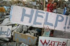 """Таблички с просьбами о помощи в Таклобане 21 ноября 2013 года. Число жертв супертайфуна, ударившего по центральной части Филиппин две недели назад, превысило 5.200 человек, сделав """"Хайян"""" самым смертоносным стихийным бедствием за всю историю страны. REUTERS/Damir Sagolj"""