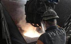 Рабочий на Красноярском алюминиевом заводе 14 августа 2012 года. Алюминиевый гигант Русал надеется, что сокращение мощностей позволит компании снизить убыток в четвертом квартале, сказал в пятницу гендиректор и совладелец компании Олег Дерипаска. REUTERS/Ilya Naymushin