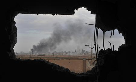 Smoke rises due to clashes between Free Syrian Army fighters and forces loyal to President Bashar al-Assad within Band 17 in Raqqa November 20, 2013. Picture taken November 20, 2013. REUTERS/Nour Fourat