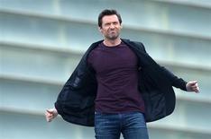 """Ator Hugh Jackman acena para os fãs durante sessão de fotos para o filme """"Os Suspeitos"""", durante o festival de San Sebatián, na Espanha. Jackman revelou na quinta-feira ter levado um susto quando médicos diagnosticaram uma marca em seu nariz como células cancerosas. 27/09/2013. REUTERS/Vincent West"""