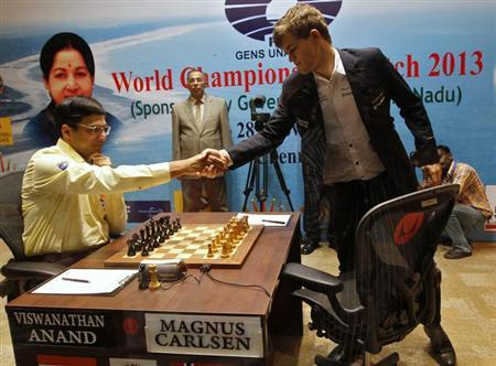 Norway's Magnus Carlsen (R) shakes hands with India's Viswanathan Anand before they play during the FIDE World Chess Championship in Chennai November 22, 2013. REUTERS/Babu