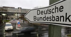 Una señal afuera de la sede central del banco central Deutsche Bundesbank en Fráncfort. 4 de febrero, 2013. Un fuerte aumento de la demanda interna contrarrestó la debilidad de las exportaciones e impulsó el crecimiento de Alemania de un 0,3 por ciento en el tercer trimestre, ofreciendo además municiones a Berlín en su enfrentamiento con Bruselas por los desequilibrios comerciales en la zona euro. REUTERS/Kai Pfaffenbach (ALEMANIA - NEGOCIOS POLITICA)