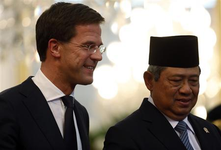 Indonesian President Susilo Bambang Yudhoyono walks with Dutch Prime Minister Mark Rutte (L) at the presidential palace in Jakarta November 20, 2013. REUTERS/Beawiharta