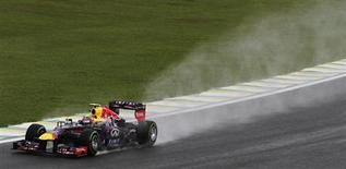 Carro do piloto autraliano da equipe Red Bull Mark Webber durante treino livre para o Grande Prêmio do Brasil de Fórmula, no circuito de Interlagos, São Paulo. A chuva atrapalhou o treino livre deste sábado para o Grande Prêmio do Brasil, e quatro pilotos não foram à pista no circuito de Interlagos, em São Paulo. Mark Webber fez o melhor tempo, seguido pela dupla da Lotus Romain Grosjean e Heikki Kovalainen. 23/11/2013. REUTERS/Nacho Doce