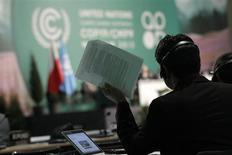 Membro de uma delegação segura um documento durante a declaração de delegados no encerramento da 19º conferência climática da ONU (COP19), em Varsóvia. As negociações para definir as bases de um novo pacto climático da Organização das Nações Unidas, que tem prazo final em 2015, estavam num impasse neste sábado, com as nações discordando sobre o aumento do financiamento para países em desenvolvimento com o objetivo de reduzir o impacto no aquecimento global. 23/11/2013. REUTERS/Kacper Pempel