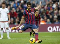Barcelona's Cesc Fabregas scores from a penalty during their Spanish First division soccer match against Granada at Camp Nou stadium in Barcelona November 23, 2013. REUTERS/Albert Gea