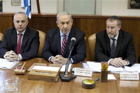 Israel's Prime Minister Benjamin Netanyahu (C) attends the weekly cabinet meeting in Jerusalem November 24, 2013. REUTERS/Abir Sultan/Pool