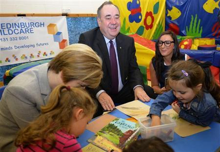 Scotland's First Minister Alex Salmond and Deputy First Minister Nicola Sturgeon (L) speak to pupils during a visit to North Edinburgh Childcare, Training and Creche Services, before a debate in the Scottish Parliament on 'Scotland's future,' in Edinburgh September 18, 2013. REUTERS/Russell Cheyne