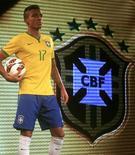 Luiz Gustavo apresenta a nova camisa da seleção brasileira, que será utilizada na Copa do Mundo de 2014, em evento no Rio de Janeiro. 24/11/2013 REUTERS/Ricardo Moraes