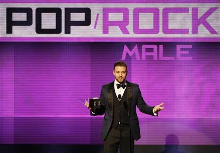 Musician Justin Timberlake accepts the favorite pop/rock male artist award at the 41st American Music Awards in Los Angeles, California November 24, 2013. REUTERS/Lucy Nicholson