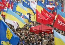 """Участники демонстрации в поддержку евроинтеграции Украины в Киеве 24 ноября 2013 года. Десятки тысяч несогласных с решением правительства Виктора Януковича отложить соглашение с Европейским союзом вышли на улицы Киева в воскресенье на самые массовые со времен """"оранжевой революции"""" 2004 года протесты и потребовали вернуть страну на европейский путь. REUTERS/Gleb Garanich"""