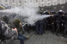 """Столкновения протестующих и спецназа милиции на акции за евроинтеграцию в центре Киева 24 ноября 2013 года. Милиция в понедельник применила слезоточивый газ против поборников евроинтеграции, требовавших у здания украинского правительства отставки кабинета Николая Азарова, который накануне сказал, что не боится повторения """"оранжевой революции"""". REUTERS/Valentyn Ogirenko"""