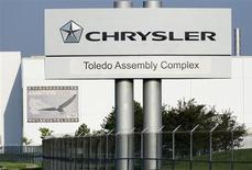 Le groupe italien Fiat a annoncé lundi que l'introduction en Bourse de sa filiale Chrysler n'aurait pas lieu cette année, prolongeant ainsi l'incertitude sur sa capacité à conclure un accord de rachat de la part du capital du constructeur américain qu'il ne détient encore. /Photo prise le 18 juillet 2013/REUTERS/James Fassinger