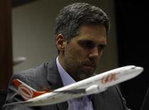 Paulo Kakinoff, presidente-executivo da companhia aérea Gol, participa de uma conversa na Thomson Reuters Trading Brazil em São Paulo. A Gol pode continuar a cortar oferta no mercado doméstico em 2014 se for necessário, afirmou Kakinoff a analistas e investidores nesta segunda-feira. 14/08/2013 REUTERS/Paulo Whitaker