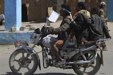 """Вооруженные сторонники йеменской шиитской группы """"аль-Хутхи"""" едут на мотоцикле в северо-западной провинции Сада 23 января 2013 года. Вооруженные люди на мотоцикле застрелили во вторник двух российских военных инструкторов в столице Йемена Сане, сообщил источник в местной полиции. REUTERS/Mohamed al-Sayaghi"""