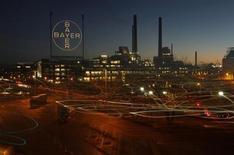 Фабрика Bayer в Леверкузене 30 января 2013 года. Немецкий концерн Bayer предложил $2,4 миллиарда за норвежскую Algeta, своего партнера в разработке лекарства от рака предстательной железы, дав премию в размере 27 процентов к цене акций на бирже, сообщила Algeta во вторник. REUTERS/Ina Fassbender