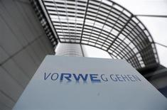 Le groupe de services collectifs allemand RWE a abandonné un projet britannique de construction de l'un des plus grands parcs éoliens du monde, la hausse des prix du gaz et de l'électricité créant une incertitude quant à l'engagement de l'Etat britannique à subventionner les énergies renouvelables. /Photo prise le 14 novembre 2013/REUTERS/Ina Fassbender