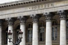 Les Bourses européennes et le dollar sont orientés en baisse mardi à mi-séance. À Paris, l'indice CAC 40 recule de 0,22% à 4.292,74 points vers 11h55 GMT. À Francfort, le Dax est stable, se maintenant près de ses records historiques, tandis qu'à Londres, le FTSE se replie de 0,45%. L'indice paneuropéen EuroStoxx 50 cède 0,1%. /Photo d'archives/REUTERS/Charles Platiau