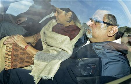 Dentists Rajesh Talwar (R) and wife Nupur are taken to court in Ghaziabad, on the outskirts of New Delhi November 25, 2013. REUTERS/Stringer