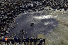 Trabalhadores limpam vazamento de petróleo após a explosão de um oleoduto em Qingdao, na semana passada. A polícia chinesa deteve na semana passada nove pessoas suspeitas de envolvimento com a explosão de um oleoduto que matou 55 pessoas na cidade portuária de Qingdao, disse a imprensa estatal na terça-feira. 25/11/2013 REUTERS/Stringer