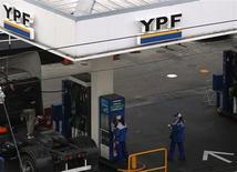 Funcionários trabalham em posto de gasolina da YPF, em Buenos Aires. O ministério de Economia da Argentina anunciou um acordo inicial com a Repsol na segunda-feira sobre a expropriação de 51 por cento da YPF após uma reunião com representantes das duas empresas, do governo argentino e espanhol e com acionistas da petroleira espanhola. 23/05/2013. REUTERS/Marcos Brindicci