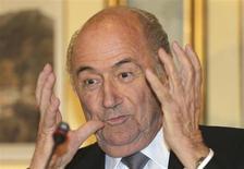 Presidente da Fifa, Joseph Blatter, durante coletiva de imprensa em Doha. Blatter criticou os torcedores do Real Betis que aparentemente entoaram cantos racistas contra o jogador brasileiro Paulão, do próprio time, após ele ser expulso na derrota para o Sevilla, por 4 x 0, no domingo. 9/11/2013. REUTERS/Fadi Al-Assaad