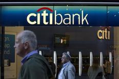 Pessoas passam em frente a uma filial do Citibank em Nova York. Um juiz dos Estados Unidos rejeitou a tentativa do Citigroup de impedir que a Autoridade de Investimento de Abu Dhabi (Adia, na sigla em inglês) tente uma segunda arbitragem sobre o investimento de 7,5 bilhões de dólares do fundo soberano em 2007, época em que o banco enfrentava dificuldades. 15/10/2013 REUTERS/Andrew Kelly