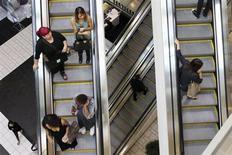 Consumidores em escadas rolantes no shopping Beverly Center, em Los Angeles, Califórnia. A confiança do consumidor dos Estados Unidos caiu em novembro, visto que os norte-americanos se preocuparam com seus empregos futuros e com as perspectivas de renda, de acordo com relatório do grupo privado Conference Board nesta terça-feira. 08/11/2013 REUTERS/David McNew