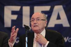 Presidente da Fifa, Joseph Blatter, participa de entrevista coletiva em Havana, Cuba. Blatter defendeu nesta terça-feira o Catar, país-sede da Copa do Mundo de 2022, e disse que as críticas da mídia europeia ao pequeno país do Golfo Pérsico são injustas. 17/04/2013. REUTERS/Enrique De La Osa (CUBA - Tags: SPORT SOCCER) - RTXYPIS
