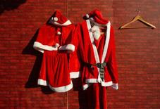 Un homme employé comme père Noël dans un centre commercial du Massachusetts va devoir abandonner son costume jusqu'à nouvel ordre, un de ses collègues l'ayant accusé d'avoir la main baladeuse. Il doit comparaître à nouveau devant la justice le 24 décembre et a interdiction de postuler pour un nouveau poste de père Noël jusqu'à ce que l'affaire ait été éclaircie. /Photo d'archives/REUTERS/David Gray